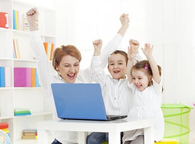 zdjęcie mamy z dwójką dzieci, wszyscy się cieszą po przesłaniu zgłoszenia w internecie