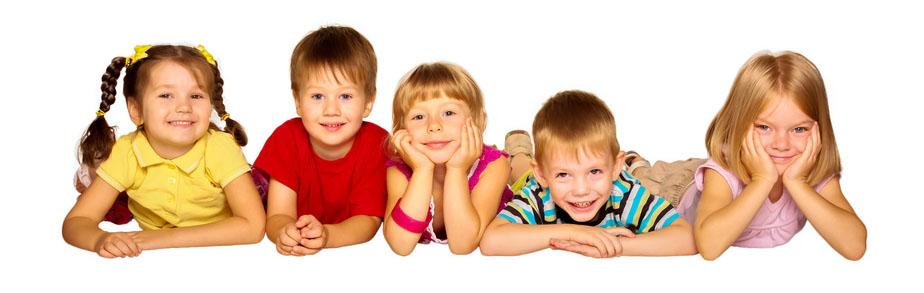 zdjęcie, grupa uśmiechniętych dzieci leżących na podłodze