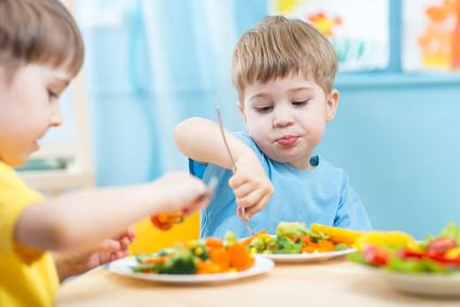 zdjęcie dwóch chłopców podczas posiłku